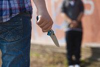 Chlapec (12) napadl v Příbrami nožem spolužáka! Zraněné dítě odvezli záchranáři