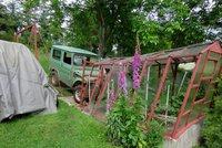 Kuriózní nehoda ve Vlachově Březí: Auto bez řidiče se rozjelo a skončilo ve skleníku