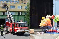 Požár bytu v Praze 4: Muž před plameny vyskočil z okna