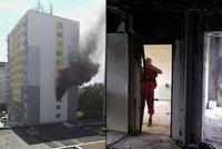 Požár v Poděbradech: Holčička (†3) měla proraženou lebku. Byt vyklízejí dělníci