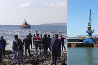 Provoz v přístavu Calais přerušen: Mezi trajekty plavali uprchlíci