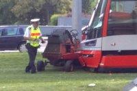 Kuriózní dopravní nehoda: Tramvaj se srazila se sekačkou!
