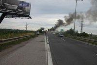 Na Pražském okruhu hořelo auto. Je tu uzavřený pravý jízdní pruh
