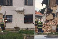 """V Ďáblicích se vejpůl rozlomil dům. Dělníci se dostali pod základy a ty """"ujely"""""""