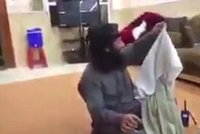 Žert džihádistů: Zatímco jeden z nich znásilňuje ženu, ostatní mu seberou oblečení