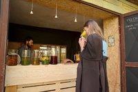 První pražská čajová zahrada i s barem: Servíruje čaj teplý i studený