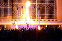 Plameny rozpálily diváky: Festival Za dveřmi odstartoval ohnivou show