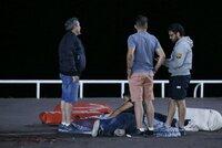 Nákladní auto najelo do davu v Nice: Zemřelo nejméně 30 lidí, 100 jich je zraněno