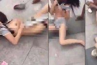 Pomsta podváděné manželky: Milenku manžela svlékla a brutálně zbila na ulici