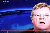 Ty vole! Televizní technik na Nově nakráčel přímo před kameru během vysílání