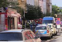 Na Žižkově hrozil výbuch plynu: Unikal z prokopnuté trubky. Hasiči evakuovali 32 lidí