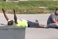 Policie postřelila pečovatele autisty, ležel přitom se zdviženýma rukama na zemi
