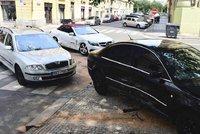 V Praze to do sebe napálila tři luxusní auta. Zasahovali hasiči i záchranka