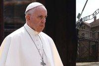 Papež se v Osvětimi pomodlil v cele smrti. František navštívil koncentrační tábor