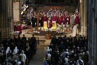 Francie se loučí se zavražděným knězem. Čechy a Moravu rozezněly zvony