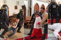Po vraždě kněze Francouzi zatýkali v kostele. Le Pen: To by muslimům neudělali