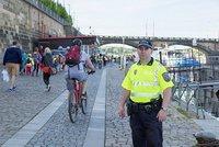 Rušení nočního klidu a hádky chodců s cyklisty. Strážníci řeší problémy na náplavce
