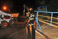 Drama na Valašsku: Rozbouřený potok strhl auto, řidiče zachraňovala policie