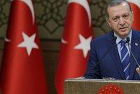 Turci zahrozili: Opustíme NATO. Vadí jim malá podpora Západu čistek po puči
