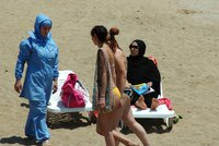 """Vyrazily k vodě v """"islámských plavkách"""", odešly s pokutou. Francie mýtí burkiny"""