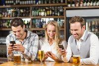 Zakážou po cigaretách v hospodách i mobily? Podle průzkumu je pro skoro půlka Čechů