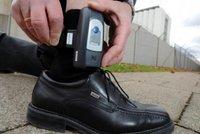 Průlom s elektronickými náramky: V Česku po patáliích hlídají první vězně
