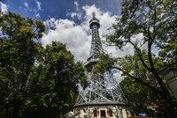 Petřínská rozhledna má připomínat Eiffelovku. Dohlédnete z ní až do Krkonoš