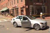 Neuvěřitelná síla dobré vůle: Skupina lidí nadzvedla auto, aby zachránila chodce pod ním!