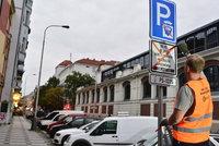"""Nové parkování v Praze odstartovalo: Připravte se na """"špiónské"""" auto a tisíce kontrol denně"""