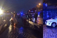 Auto skončilo bokem ve Vltavě: Řidič se vyhýbal kolemjdoucím, vyvázl bez zranění