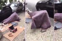 Páreček nadržených bezdomovců si to rozdal přímo na ulici! Přehodili přes sebe jen deku
