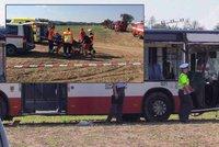 Havárie autobusu na Kolínsku: Cestující mají těžké rány, přiletěly vrtulníky