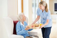 Péče o těžce nemocné zůstane jen na rodině? Stát odmítá zaplatit ošetřovatele, tvrdí experti