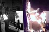Hloupý vtípek se změnil v peklo: Partička podpálila auto na benzince