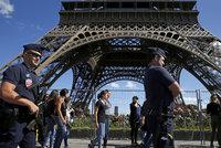 Okolí Eiffelovy věže dostane zeď z neprůstřelného skla. Vyjde na půl miliardy
