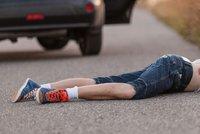 Dva školáci skončili v nemocnici: Vběhli do silnice a porazila je auta