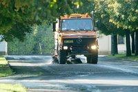 Pod 16tunovým čisticím autem se na Vinohradech propadla silnice! K vyproštění míří jeřáb