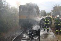 Auto začalo po srážce s vlakem v Hradci Králové hořet: Uvnitř zemřeli dva lidé