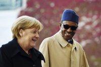 Prezident z Afriky poslal svou ženu do kuchyně. S Merkelovou řešil migranty