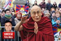 Komentář: Miluj dalajlamu, podlézej Číně. O Havlové, Zemanovi a českém kýči