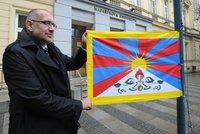 Bek se za Čínu opřel do Zemana a Sobotky. Na univerzitách zavlála vlajka Tibetu