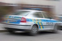 Muž (28) na Náchodsku s kradeným mercedesem najížděl do policistů! Strážci zákona museli použít služební zbraně, aby ho zastavili