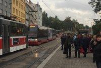 Mezi Žižkovem a Palmovkou do večera nejezdí tramvaje. Kvůli vadné koleji