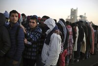 Česko se hájí před Bruselem: Migranti k nám nechtějí a Itálie je neochotná