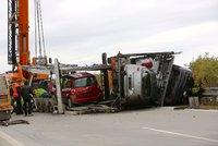 Nehoda u Frýdku-Místku: Z kamionu vypadala auta na silnici