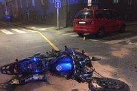 Motorkář to na Smíchově napálil do auta: Stroj se rozlétl na kusy
