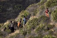 Stovky migrantů prolomily plot a vtrhly k Gibraltaru. Schovávají se v horách