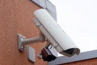 Oku kamer nic neuteče: Našly nešikovného zloděje klenotů i opilého výtržníka!