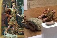 Vzácná socha skončila napadrť: Turista ji shodil při focení selfíček