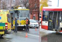 Vzduchem létali lidé, kusy plechu i sklo: Při srážce tramvaje a autobusu v Plzni 17 zraněných